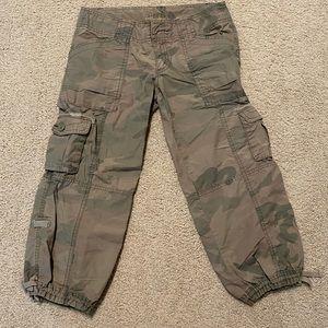🍓 3/$10 Hollister Capri Camo Cargo Pants